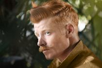 homme avec moustache